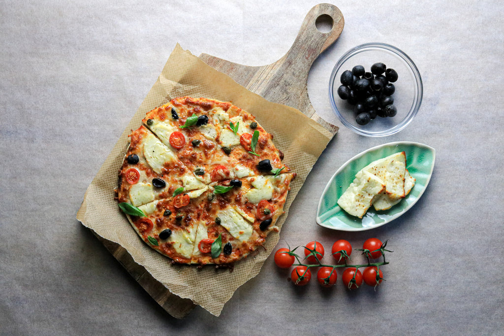 Low carb halloumi pizza with olives, tomatoes and halloumi
