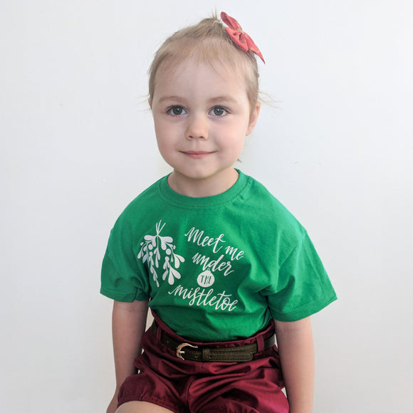 Meet me under the mistletoe' kids shortsleeve shirt