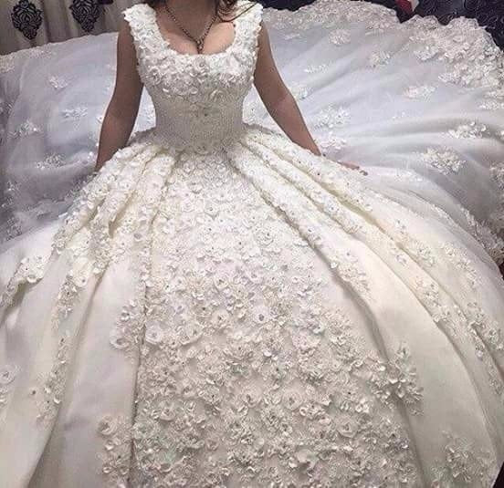 2018 Luxury Ball Gown Wedding Dresses with Scoop Neckline Lace Long Train Handmade Flowers Pearls Appliques Sexy Bridal Gowns