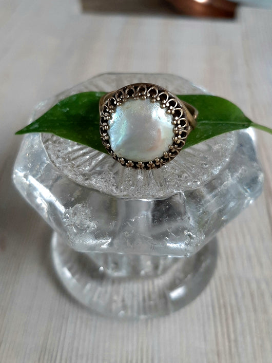 Coin pearl ring, brass setting