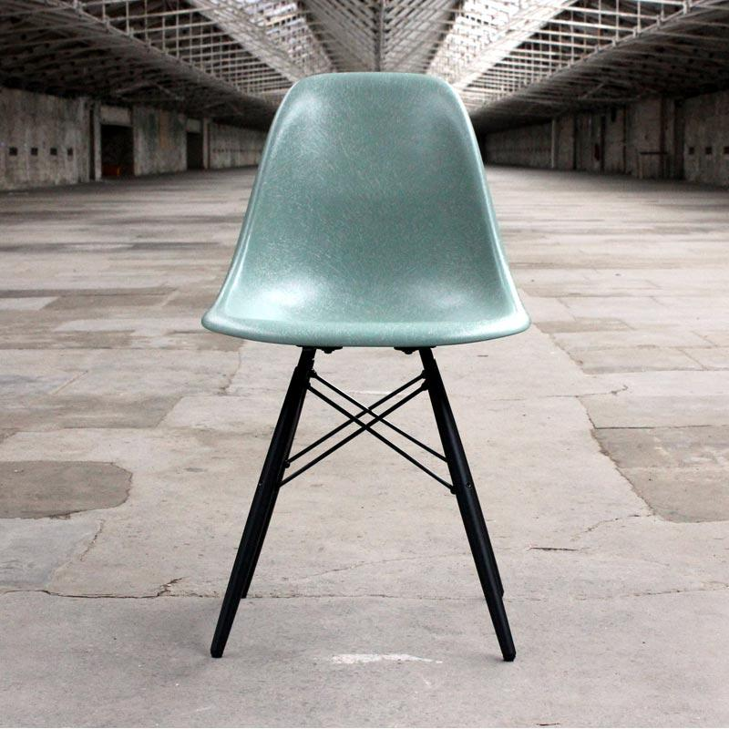 DSW Chair with Fibreglass shell des C & R Eames, 1950 (made by Vitra)