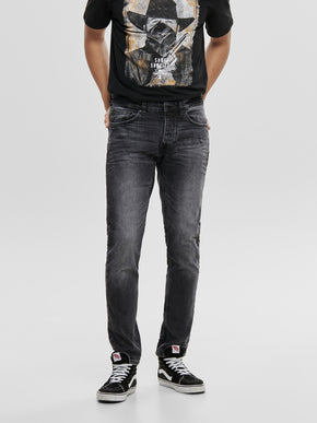 REGULAR FIT BLACK WASHED JEANS