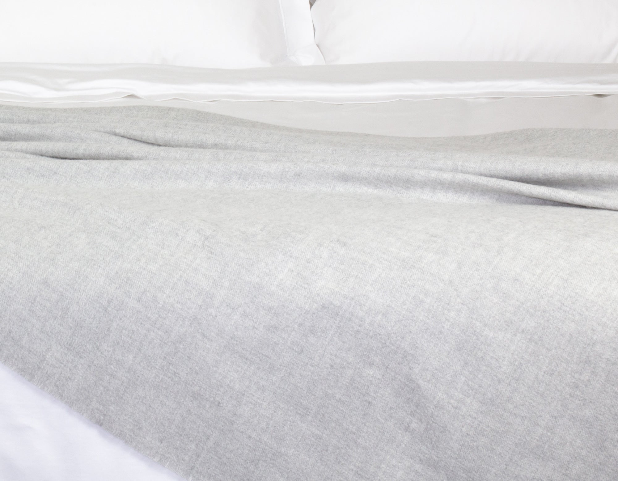 Alpaca wool throw grey on bed | scooms