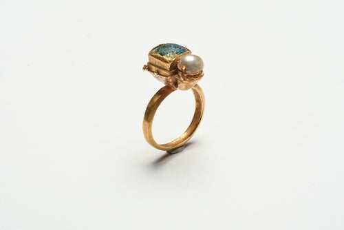 A Gold Ancient Roman Ring with Pearl and Glass