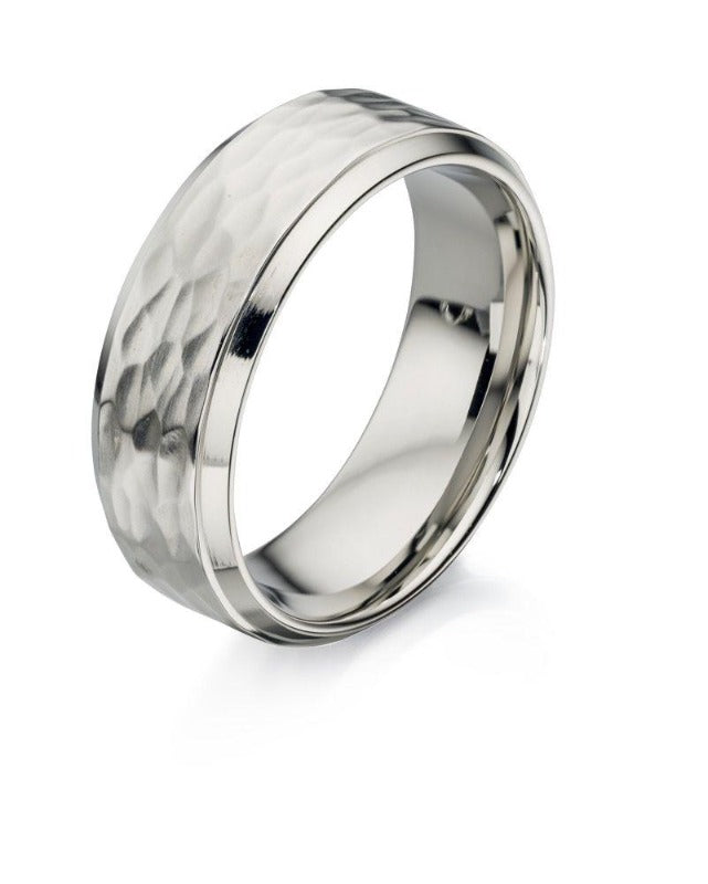 Men's textured ring in stainless steel with a bevelled edge