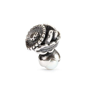 Silver charm bead featuring a daisy flower and pearl for the month of April to fit a Trollbeads bracelet