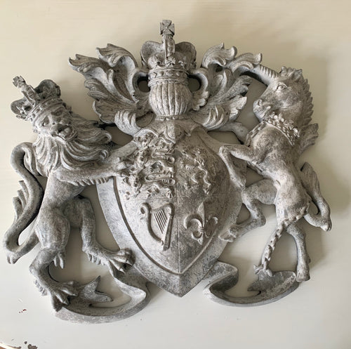 Heraldic Wall Plaque Motif Royal Crest in Distressed Paint Effect
