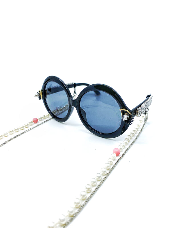 ROUND-FRAME SUNGLASSES WITH PEARLY PRINCESS CHAIN