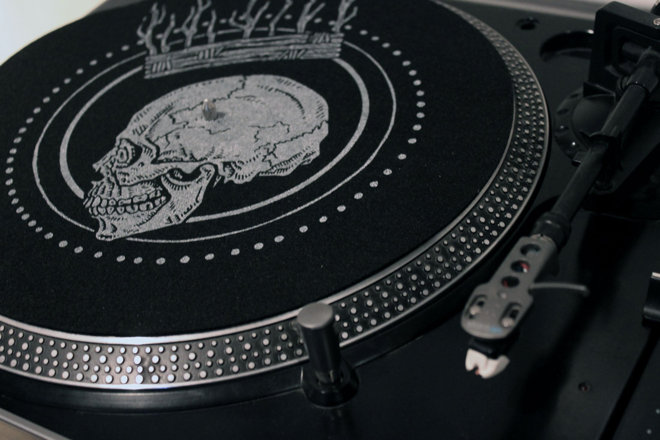 skull crown goth metal vinyl turntable slipmat black