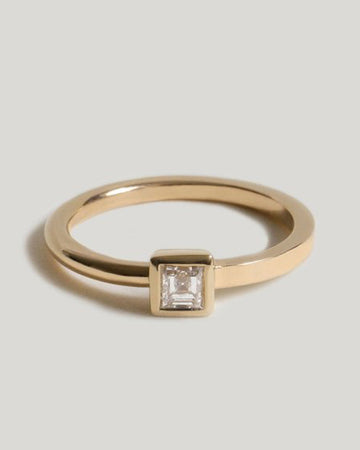 Ageku Solitaire with Antique Carré Diamond in Gold