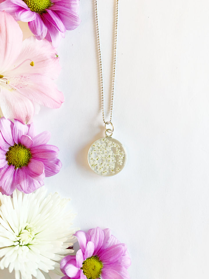 Satu Silver Circle Necklace with White Flowers