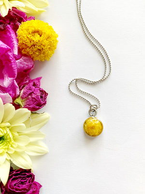Satu Circle Necklace with 3D Buttercup