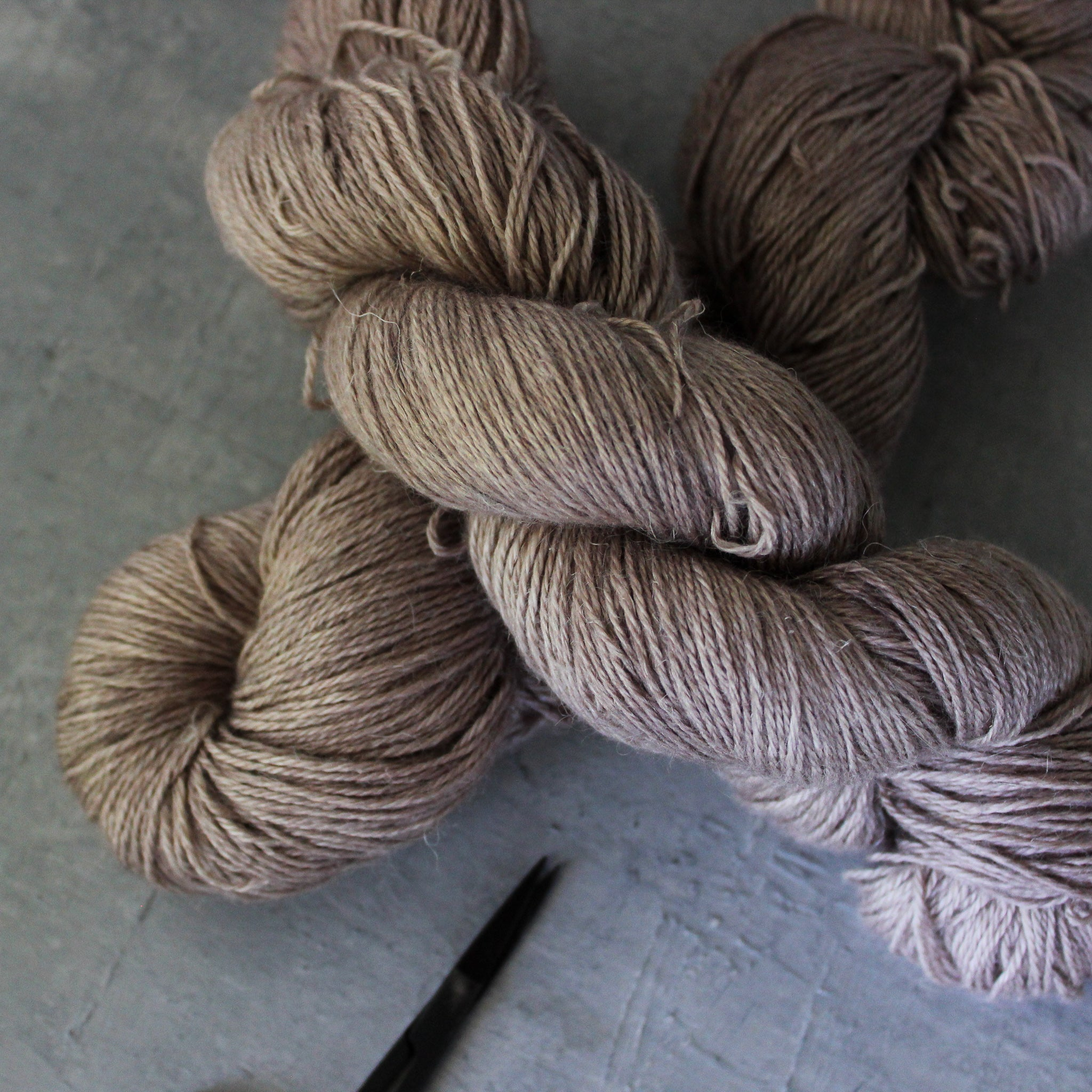 Yarn : Hand-dyed Baby Alpaca/Linen/Silk 'Good Mushroom'
