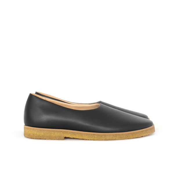 Almond toe flat in black eco-friendly vegan leather, natural rubber sole.
