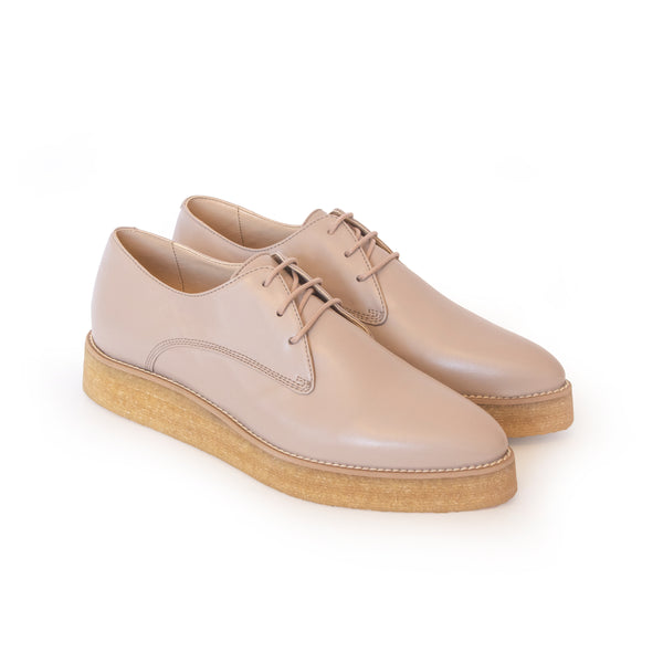 Crepe Derby in beige vegan leather, pointy toe, natural rubber crepe sole.