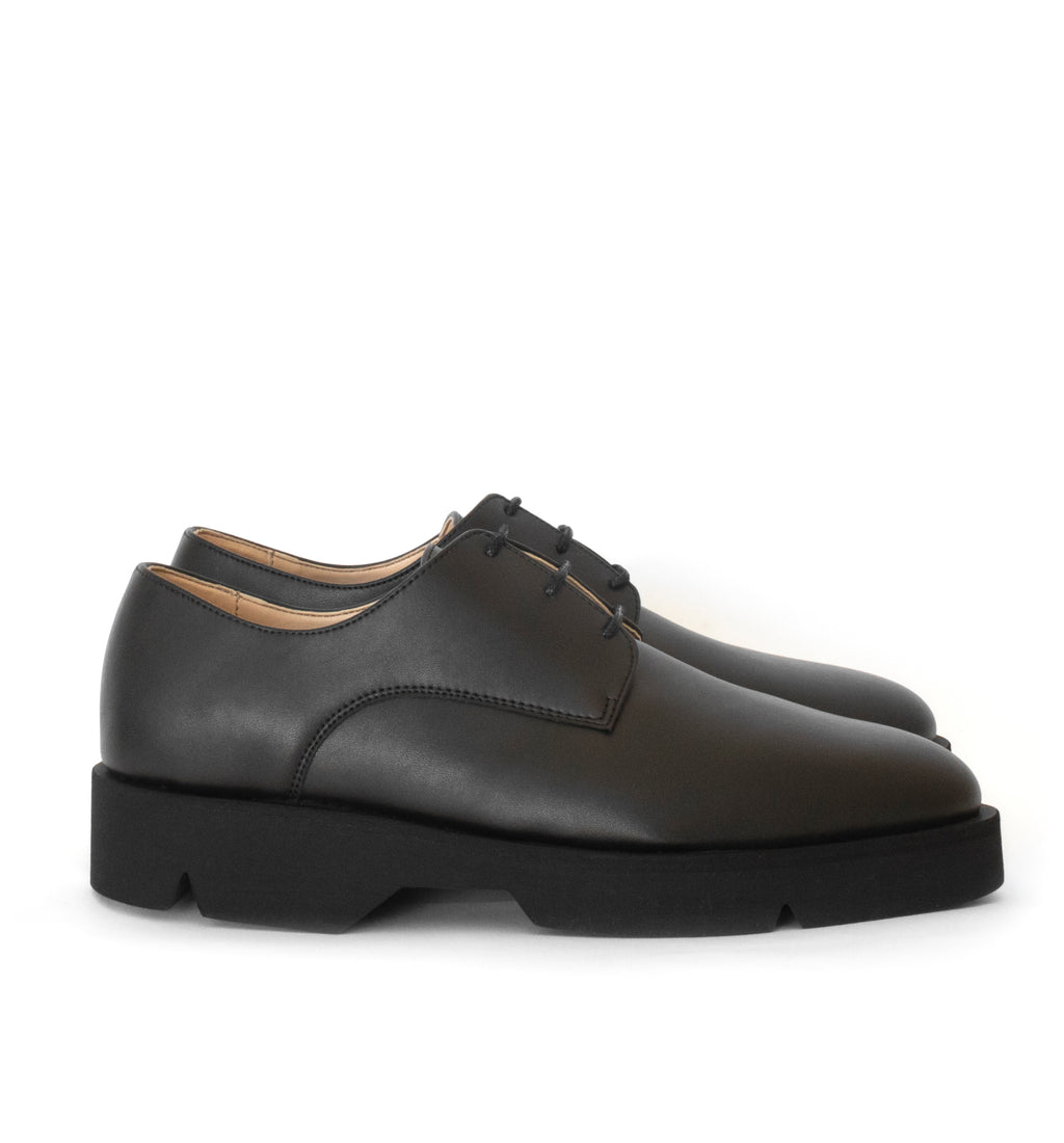 Derby in black eco vegan leather, comfortable rubber sole. Unisex style.