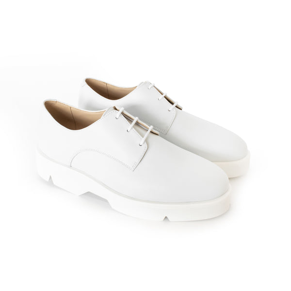 Derby in white eco vegan leather, comfortable rubber sole. Unisex style.
