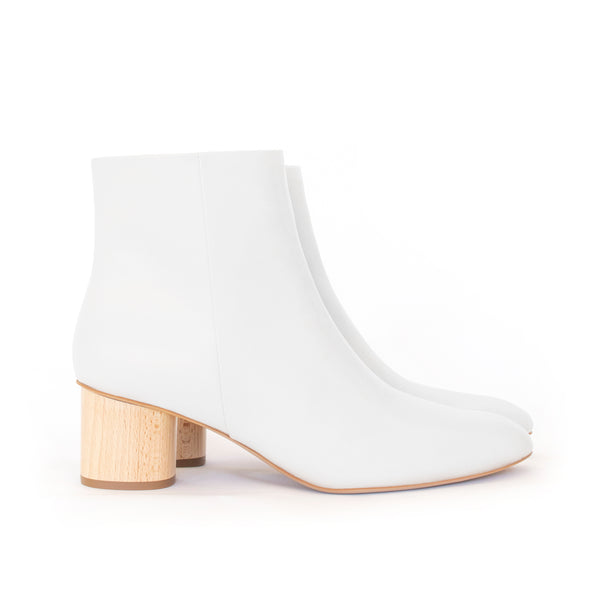 Ankle Boot in white eco vegan leather, inside zipper, mid-heel in natural wood.