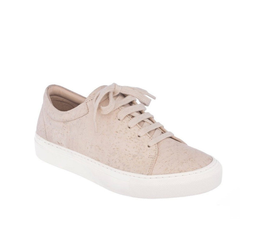 Low sneaker in beige cork with a white rubber sole.
