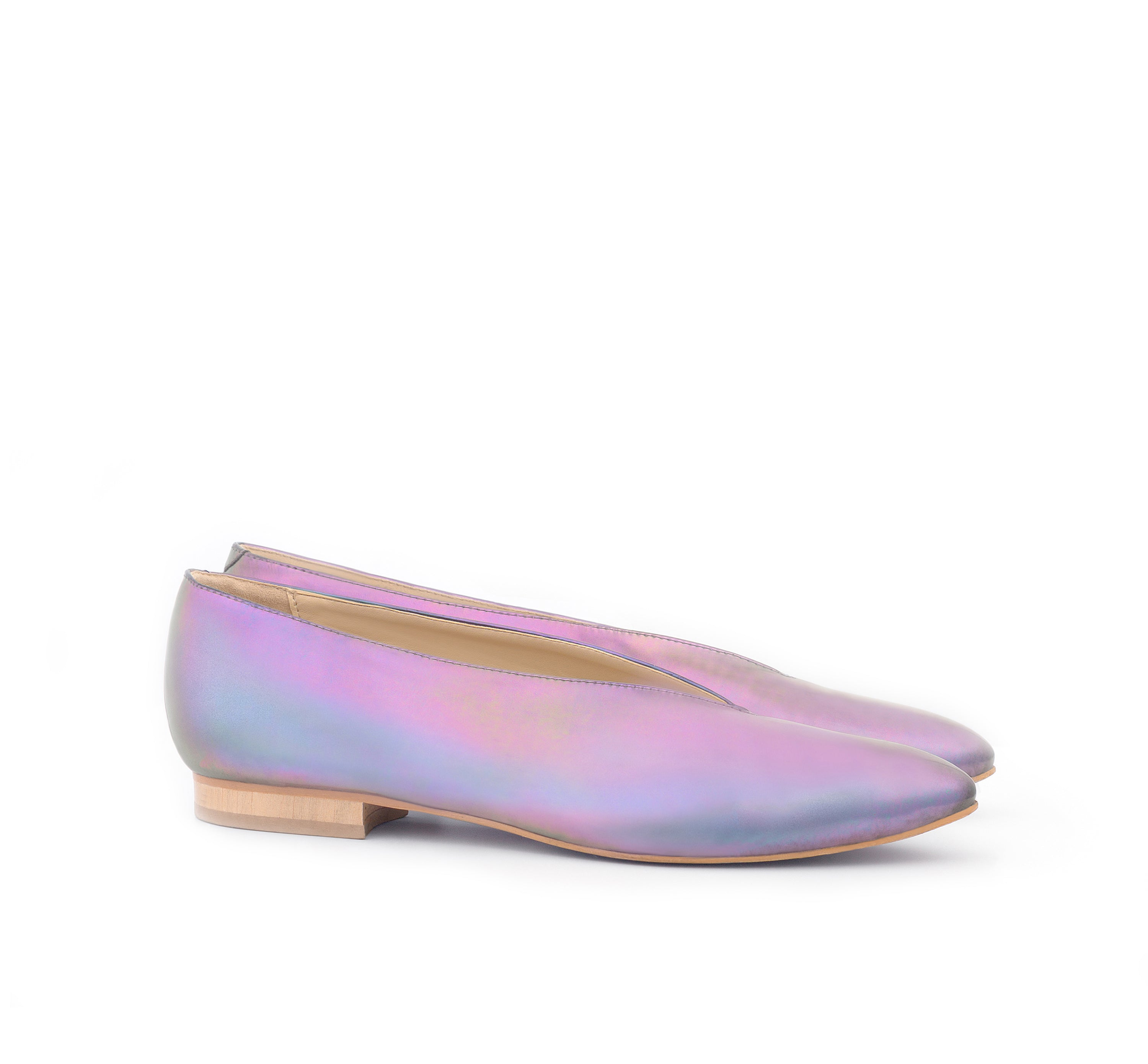 Flat with pointy toe in iridescent vegan leather, natural sole with low wood heel.