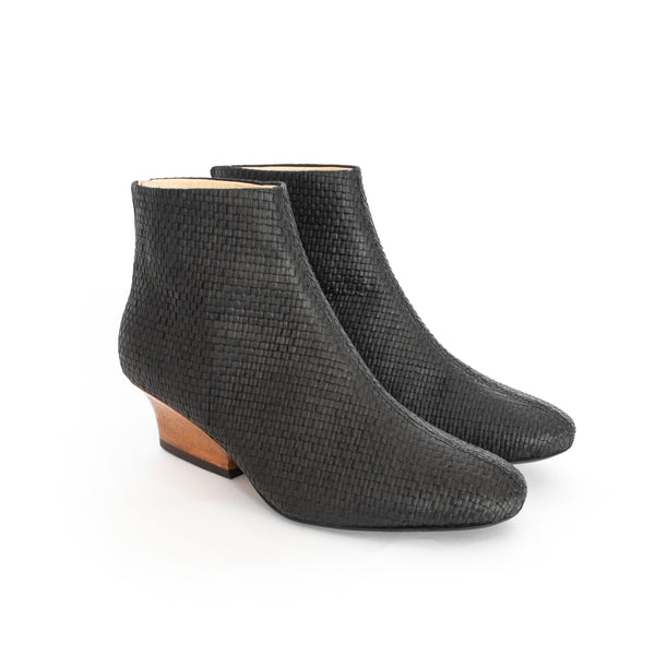 Sustainable raffia upper and breathable lining, brown wood heel with zipper back. Luxury Vegan boots for women. Spring Summer 2019 Footwear by Sydney Brown. Sustainable shoes made in Portugal.