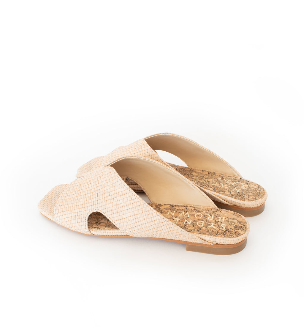 Natural raffia slide with a natural flat sole.