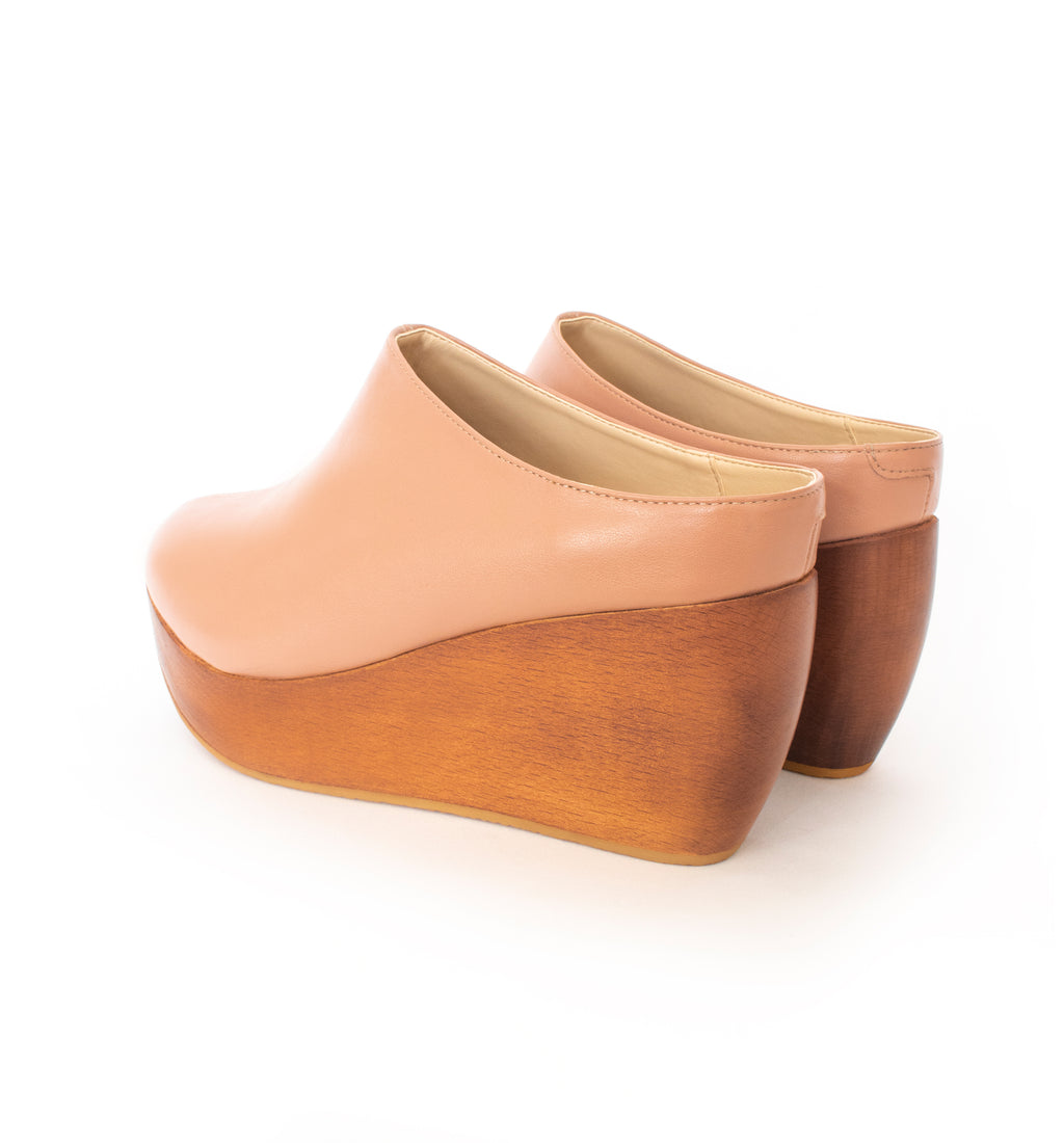 Clogs in rose faux-nappa, breathable lining with natural wood heel. Luxury vegan shoes. Sydney Brown Spring Summer 2019. Sustainable, eco-friendly SS19 fashion
