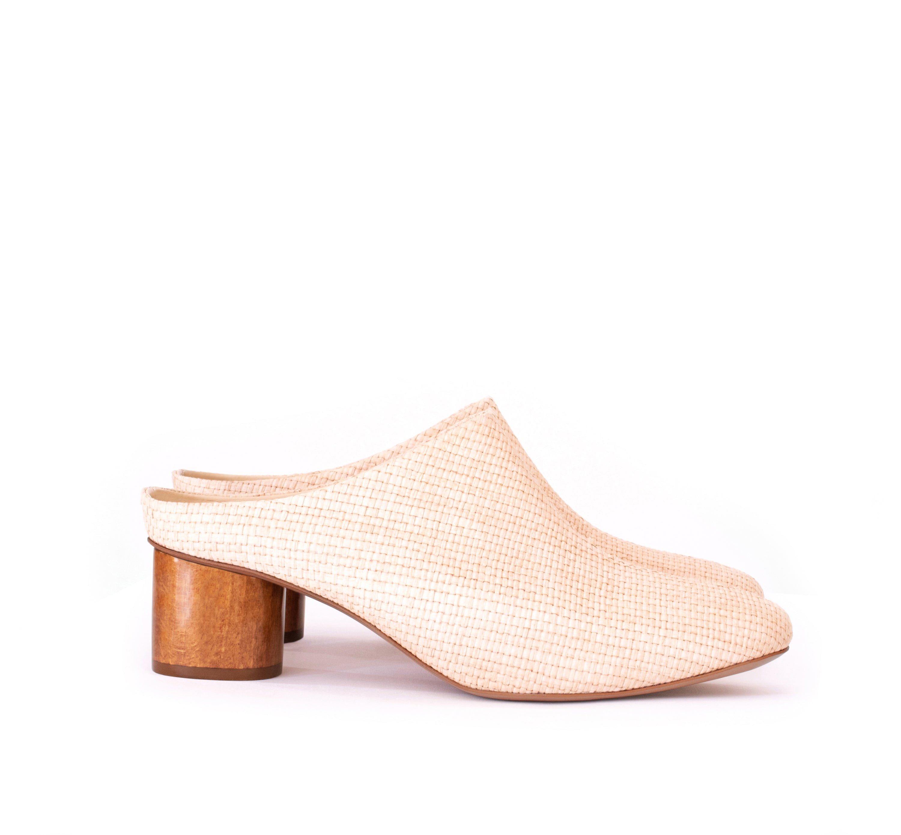 Low Mules in natural raffia and breathable lining with dark wood heel. Luxury vegan heels. Sydney Brown Spring Summer 2019. Sustainable, luxury, eco-friendly SS19 fashion