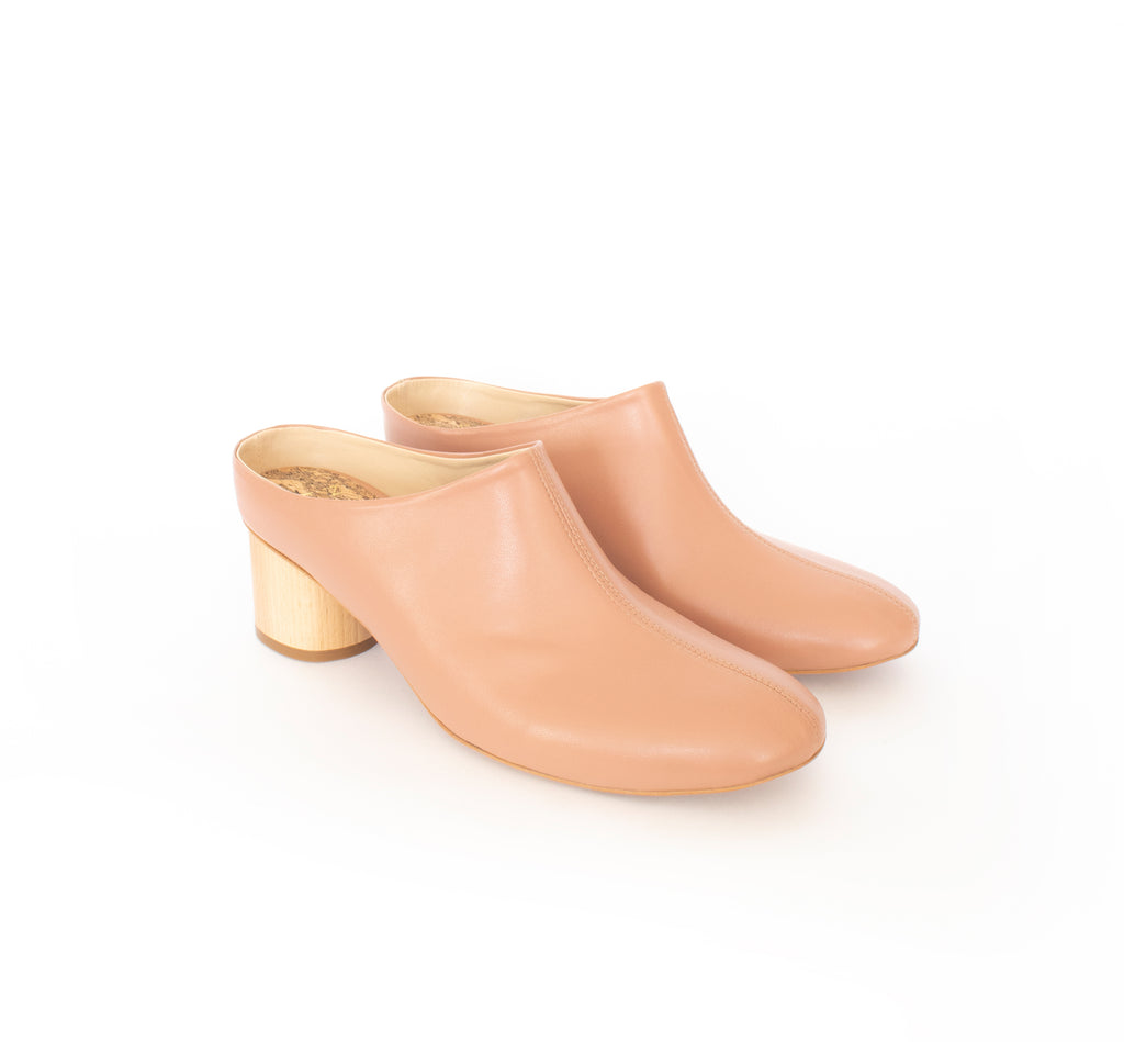 Mule in rose vegan leather, almond toe with a natural wood mid-heel.