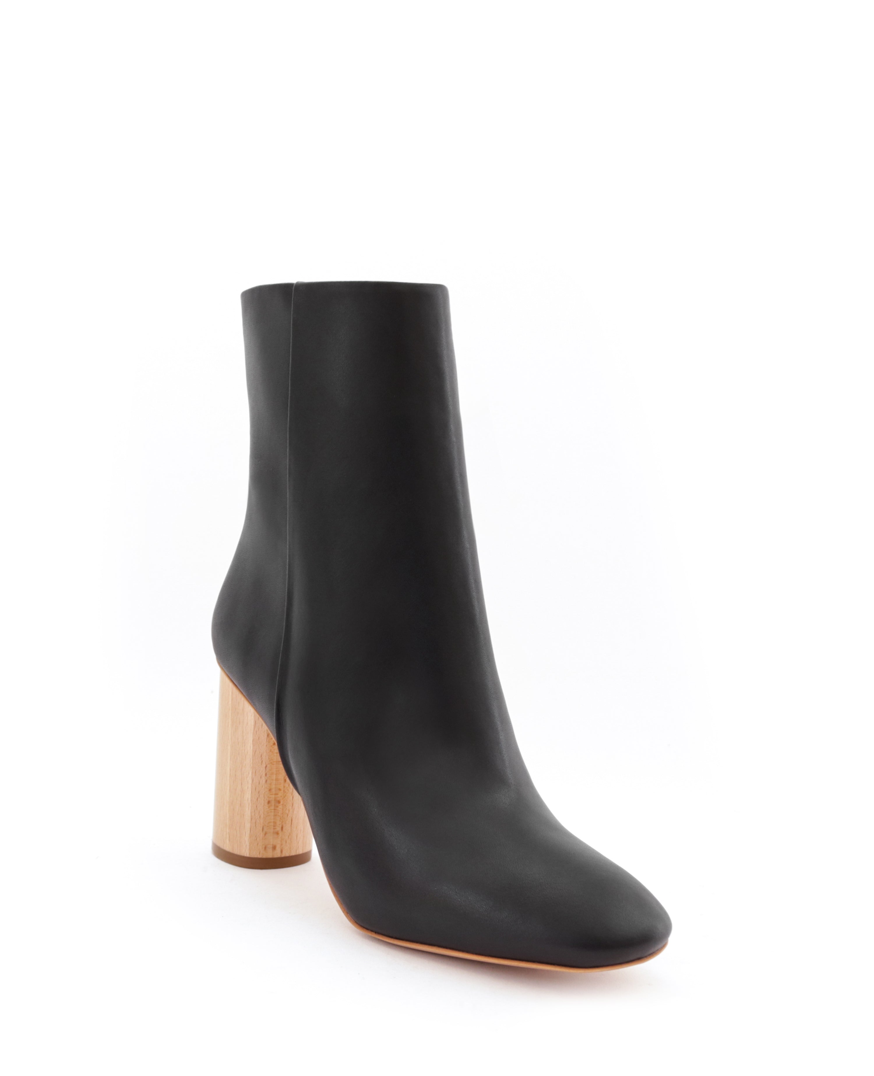 High ankle boot in black eco vegan leather, high heel in natural wood, side zipper.
