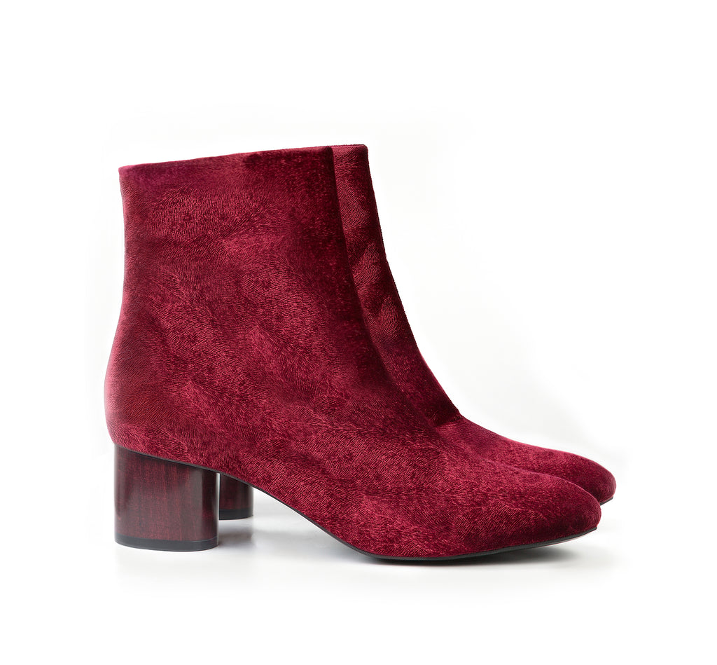 Ankle Boot in dark red velvet, mid-heel in dark red lacquered wood.