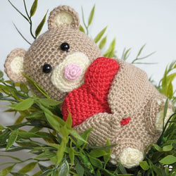 Teddy bear holding a heart pattern - printable PDF