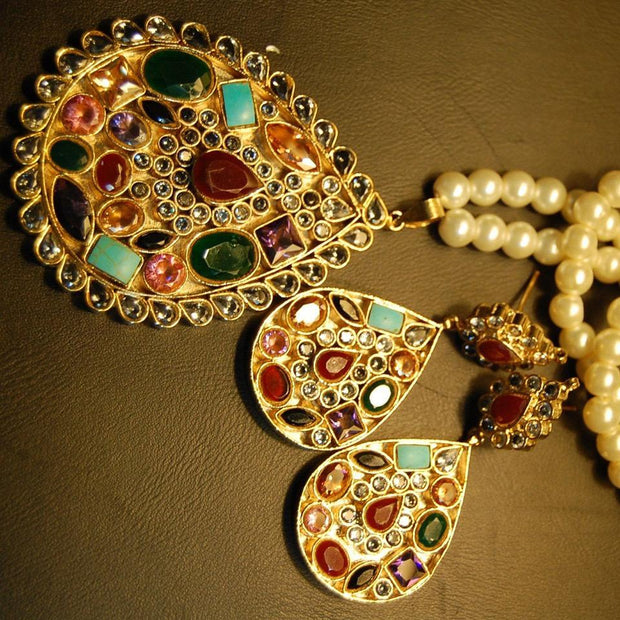 Kundan Pendant Jewellery Set in Multi Color