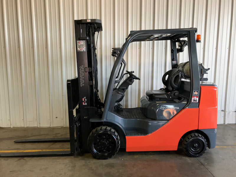 How to Choose Between IC (gas powered) or Electric Forklifts
