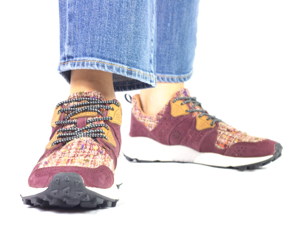 Sneaker da donna Flower Mountain, modello Corax. Materiale Fabric/Velour. Colore Bordeaux/Pink. Indossata.