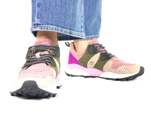 Sneaker da donna Flower Mountain, modello Corax. Materiale Velvet/Velour. Colore Pink/Military. Indossata.