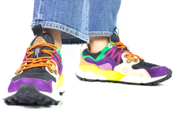 Sneaker da donna Flower Mountain, modello Yamano 3. Materiale Nylon/Velour. Colore Violet/Black. Indossata.