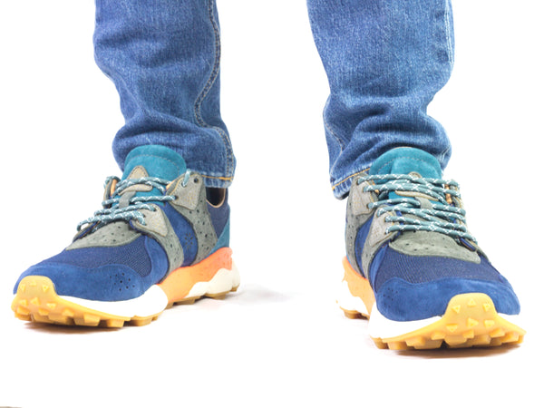 Sneaker da uomo Flower Mountain modello Corax Man. Materiale Nubuck/Cordura. Colore Navy/Grey. Indossata.