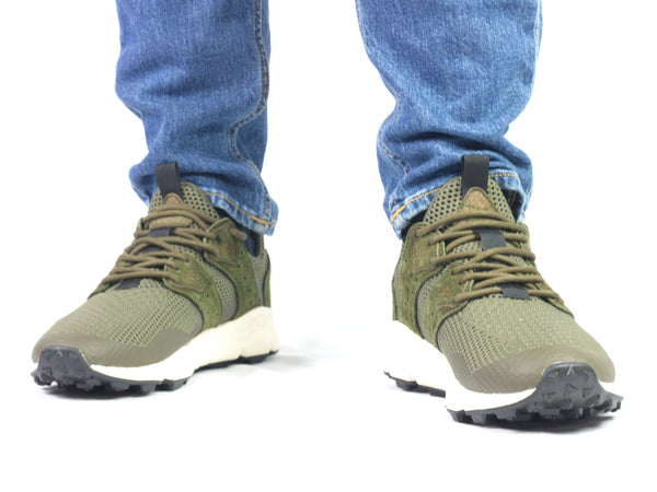 Sneaker da uomo Flower Mountain, modello Corax Man. Materiale Velour/Nylon. Colore Verde. Indossata.