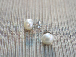 Freshwater Pearl stud earrings (medium)