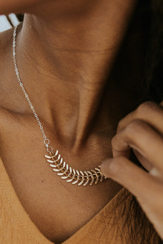 Feather accent necklace | ROOLEE