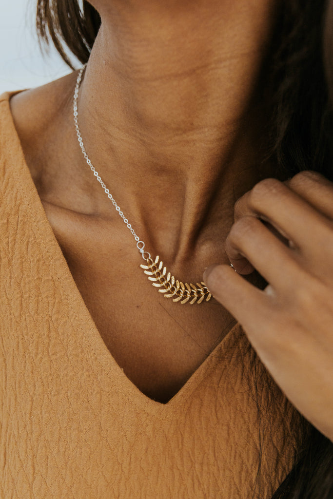 Gold feather accent necklace | ROOLEE