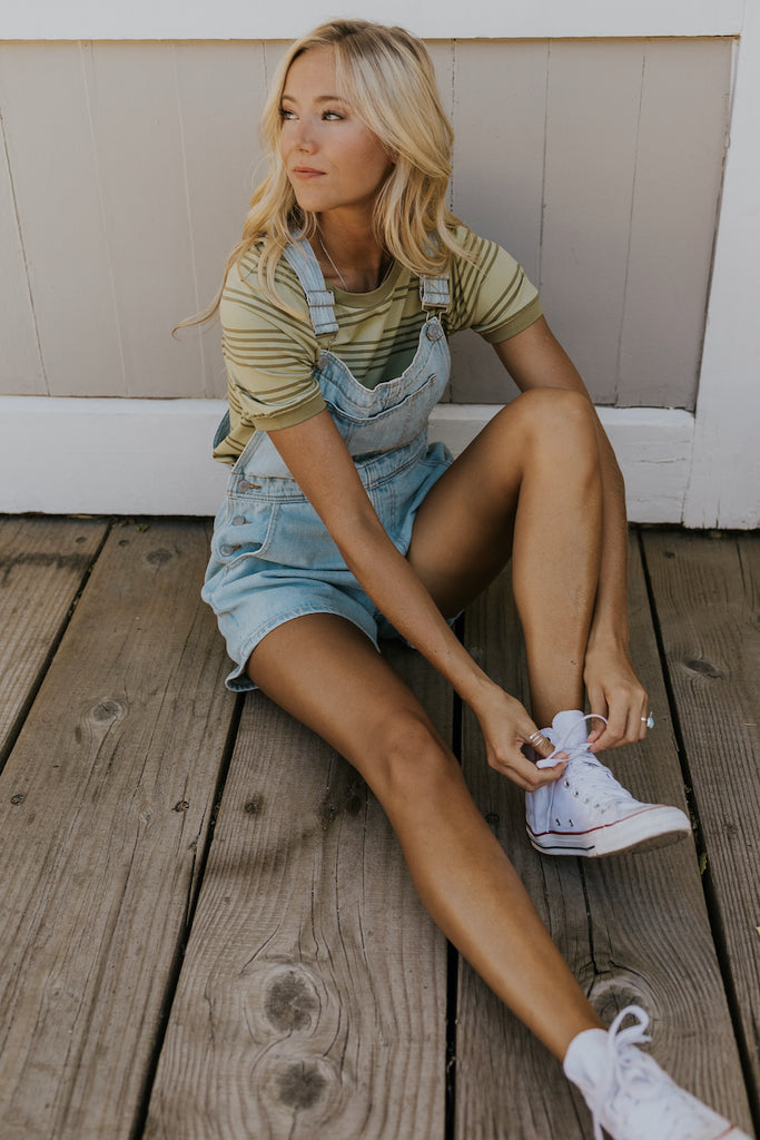 How to style overalls and a t shirt | ROOLEE