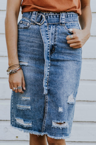 Distressed Denim Skirt Outfit Ideas For Women | ROOLEE