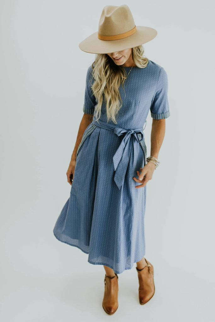 Knee length midi dress outfits for women.