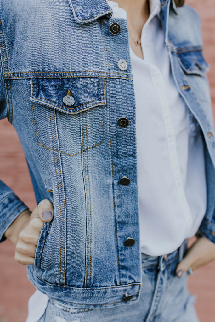 Classic Denim Jacket Outfit Ideas For Women | ROOLEE