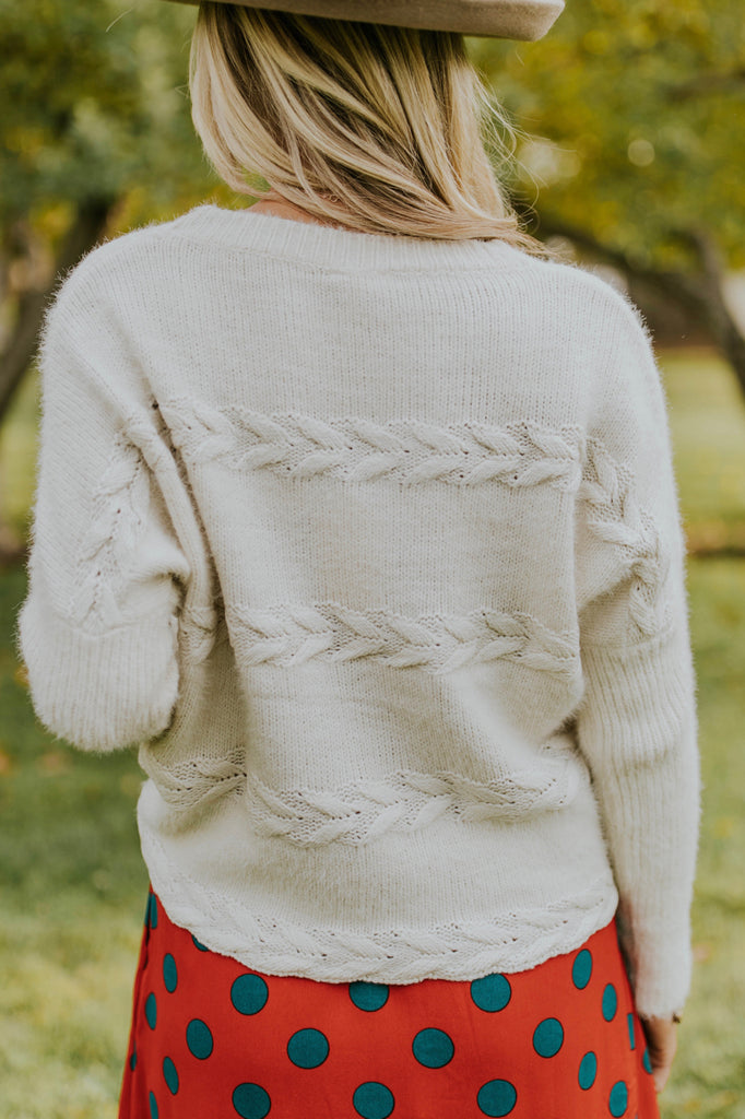 Simple Sweater Outfit Inspiration For Women | ROOLEE