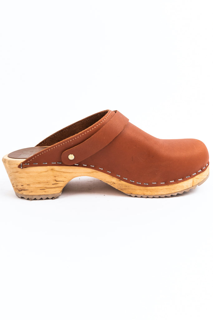 Tan wooden clogs | ROOLEE