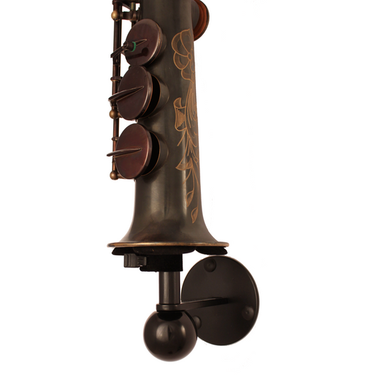 Saxophone stand Solo made by Locoparasaxo wall-mounted stands with soprano saxophone