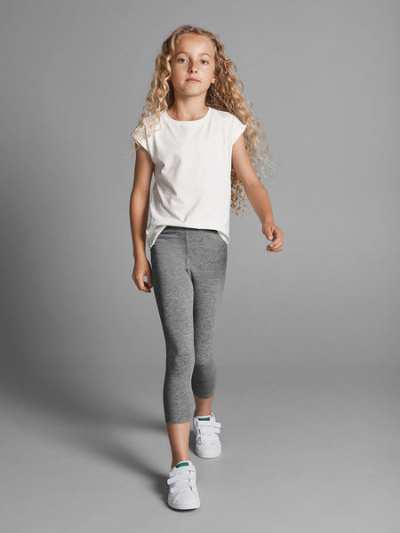 Girl wearing Name it Capri Leggings